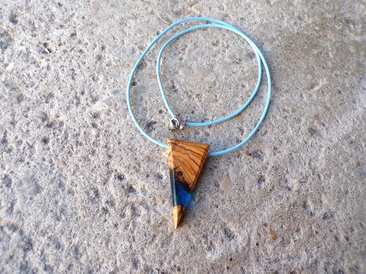collier en bois d'olivier et résine bleu