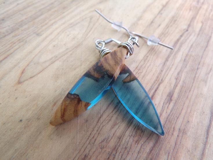 boucles d'oreilles plumes bois d'olivier et résine bleu
