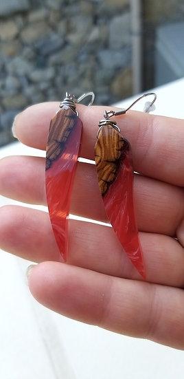 Boucle d'oreilles griffe bois d'olivier et résine rouge inclusion