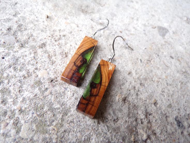 boucles d'oreilles en bois d'olivier et résine verte inclusion
