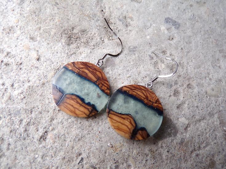 boucles d'oreilles rondes bois d'olivier et résine bleu clair effet eau