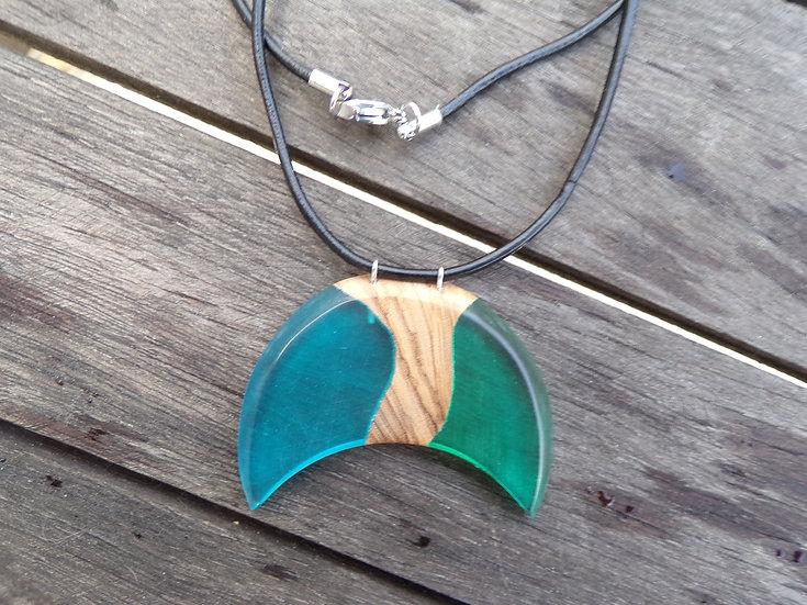 Collier ,pendentif en bois d'olivier en résine bleu et verte