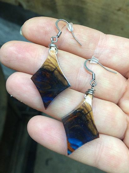 Boucles d'oreilles lozange en bois d'olivier et résine bleu avec inclusion