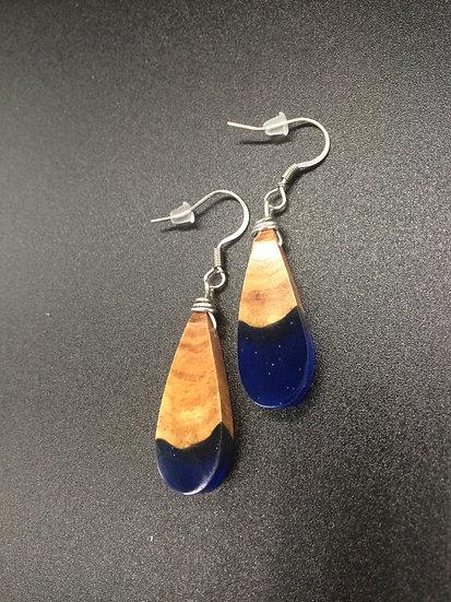 Boucles d'oreilles bois d'Olivier et résine bleu nuit