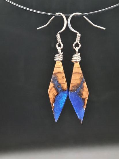 Boucles d'oreilles en olivier et résine bleu nacrée