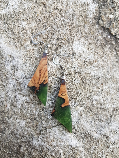 Boucles d'oreilles en olivier et résine verte nacrée