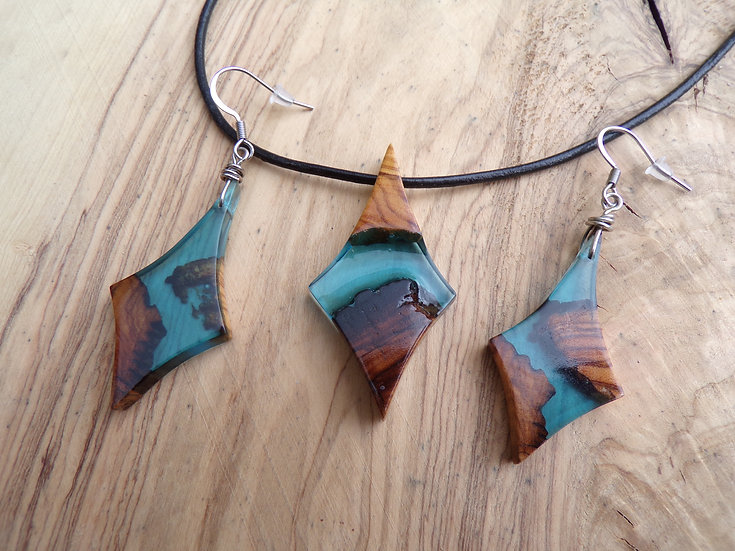 parure en bois d'olivier et en résine couleur bleu