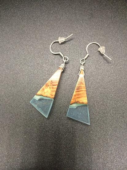 Boucles d'oreilles triangle en Olivier et résine bleu claire phospho vert