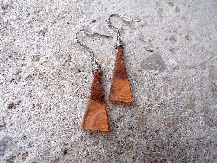 Petites boucles d'oreilles bois d'olivier et résine orange inclusion de blanc