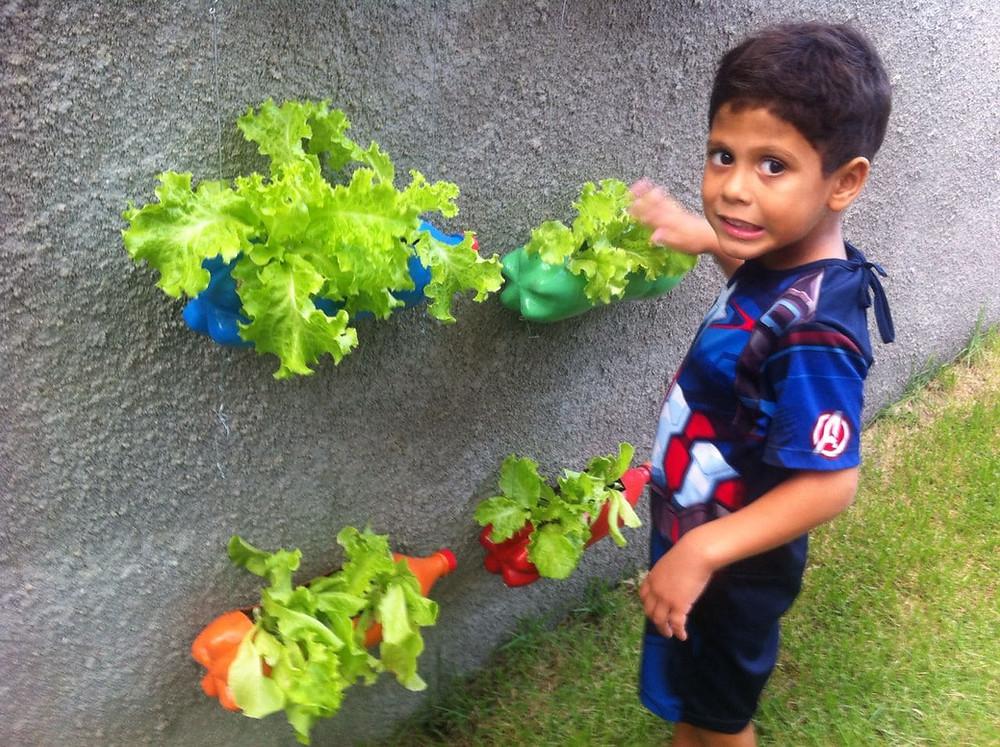João Vitor (meu filho com 5 anos) numa atividade de educação ambiental (Projeto Horta Suspensa com Garrafas PET)