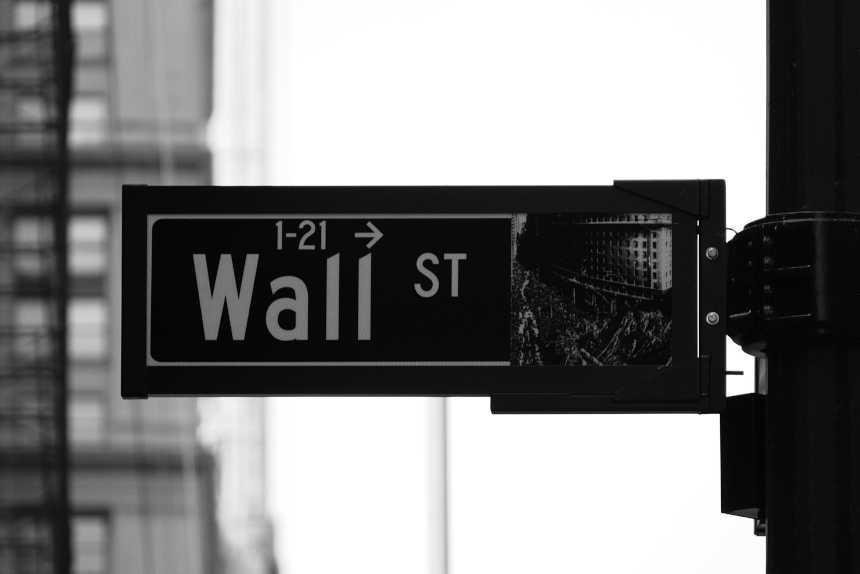 Wall Street Straßenschild für die Investition.