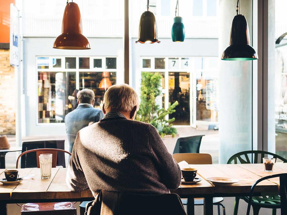 Rentner im Cafe.