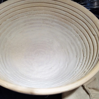 Prepare a round banneton with flour.
