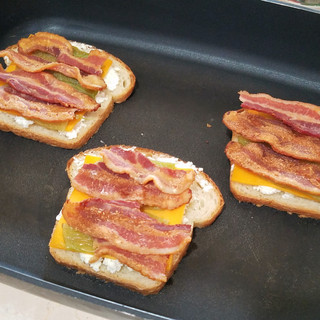 Divide the bacon and top the sandwiches evenly.