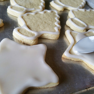 use the spoon or fork tines to push the icing to the edges of the cookie.