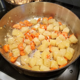 Stir-fry the garlic, ginger, carrots and pineapple