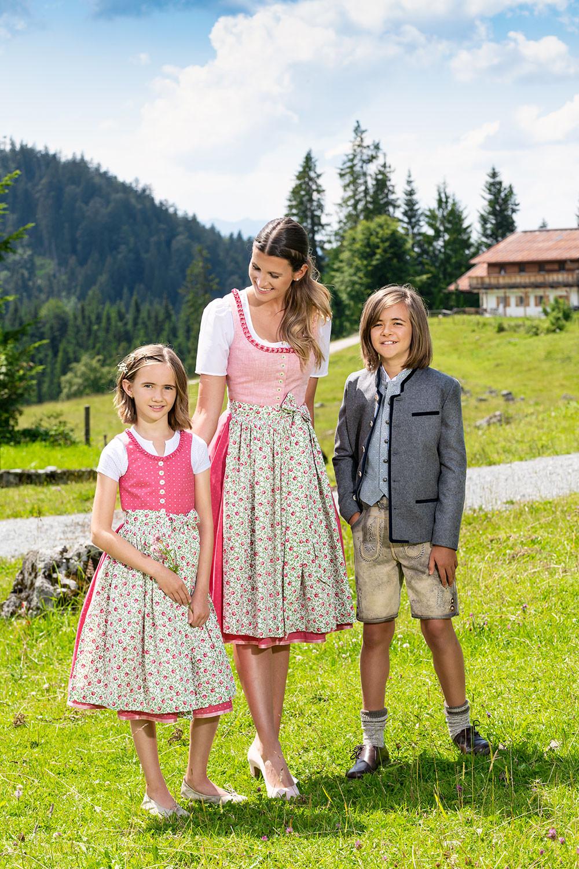 Mutter mit Kinder in Dirndl und Lederhose, Muttertag bei Wohlmuther