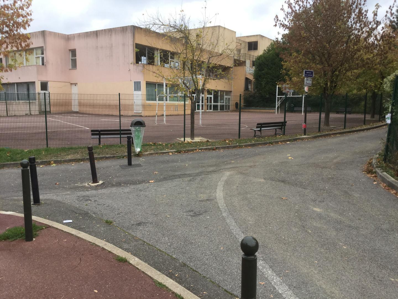 """Arrivée par la rue des Lavandières ou la rue Ernest Bonin. Suivre """"Impasse des Lavoirs"""""""