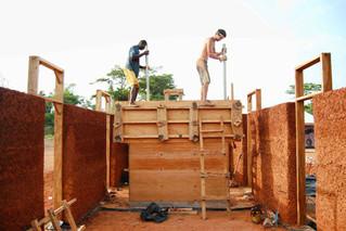 Teilnahme bei einem Lehmbauprojekt in Tanzania im Spätsommer 2016.