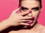 Manicure luminoso e rossetto
