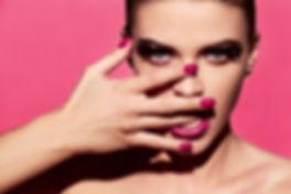 Manicure brilhante e batom