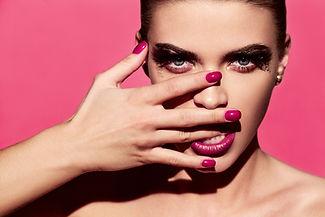 Manucure lumineux et rouge à lèvres