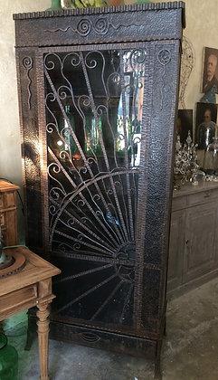 Vitrine en métal martelé Art Nouveau
