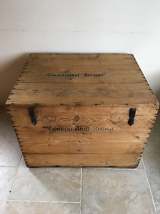 Jolie malle en bois en sapin portant l'inscription «Commandant Ribaud»