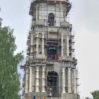 Реставраторы красят купол Богоявленского собора в синий цвет