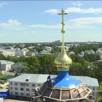 Главный купол Богоявленского собора в Костроме реставраторы красят в синий цвет