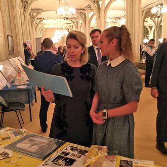 Представители Костромской области вручили С.В. Медведевой фотоальбом о возрождении Костромского крем