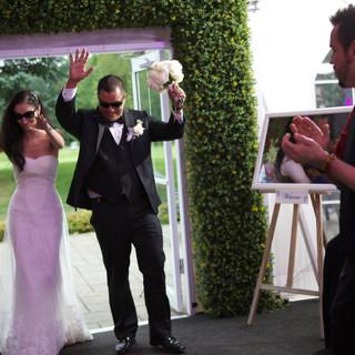 Couple tenant l'arrangement de bouquet floral de mariée