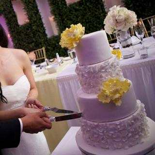 Gâteau de mariage avec centre de table en arrière-plan