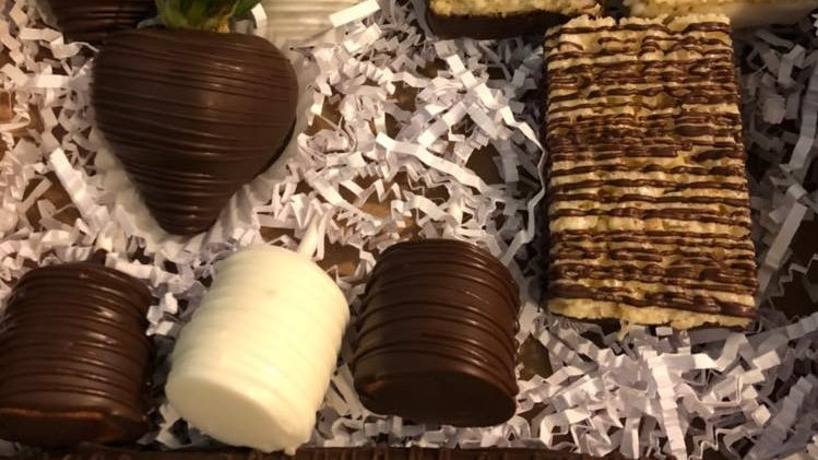 Small Dipped & Drizzled Treat Box w/Reg. Dipped Strawberries