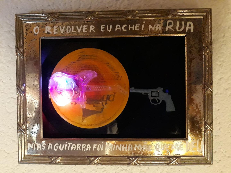 O revolver achei na rua mas a guitarra fui da minha mãe - the revolver I found on the street but the guitar my mother gave to me