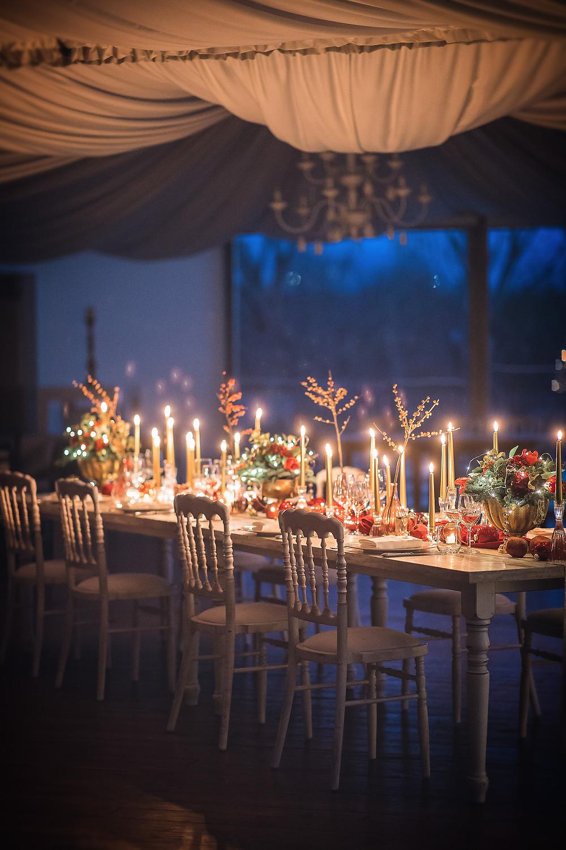 Un piccolo tavolo imperiale a tema natalizio allestito da Gianni Cortese