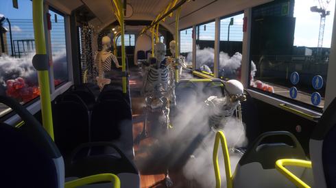 Skelett im Bus
