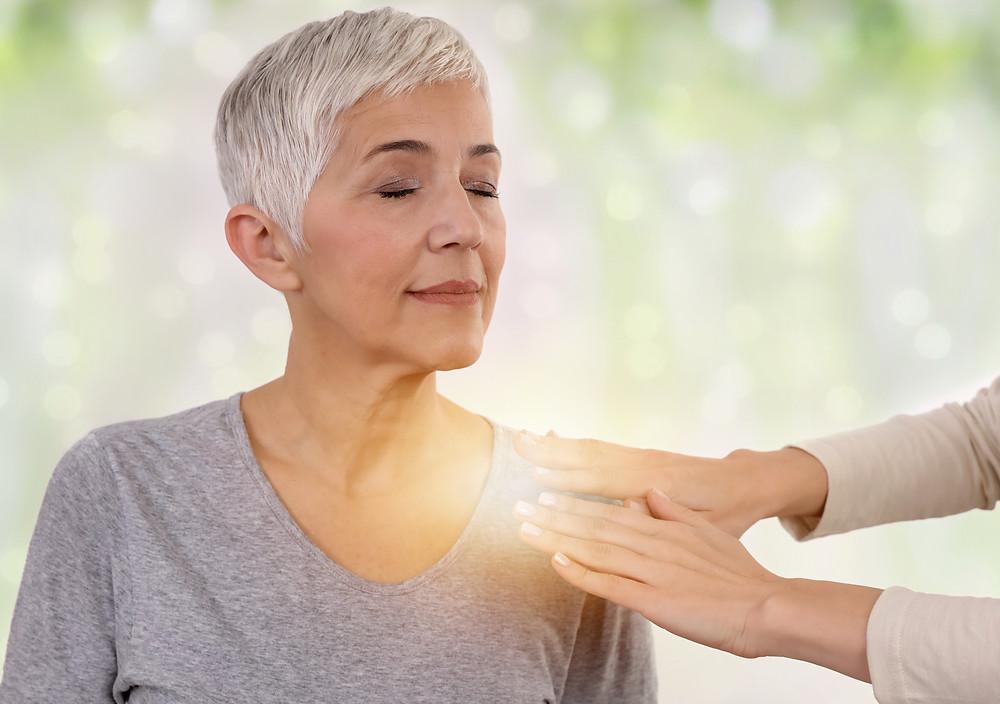 énergie, aurathérapie, magnétisme, magnétiseur, thérapeute énergétique, énergéticien, main, senior, femme, soin énergétique, guérisseur, bien-être, sérénité, spiritualité
