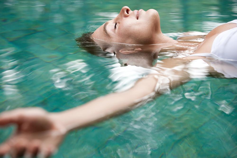 zen, acceptation, marie yelahiah, thérapeute, thérapie énergétique, thérapie holistique, énergéticienne, développement personnel, développement de soi, accepter, fluidité, se détendre, relaxation, voir la vie sous un autre angle, médium, médiumnité, spiritualité, eau, nager