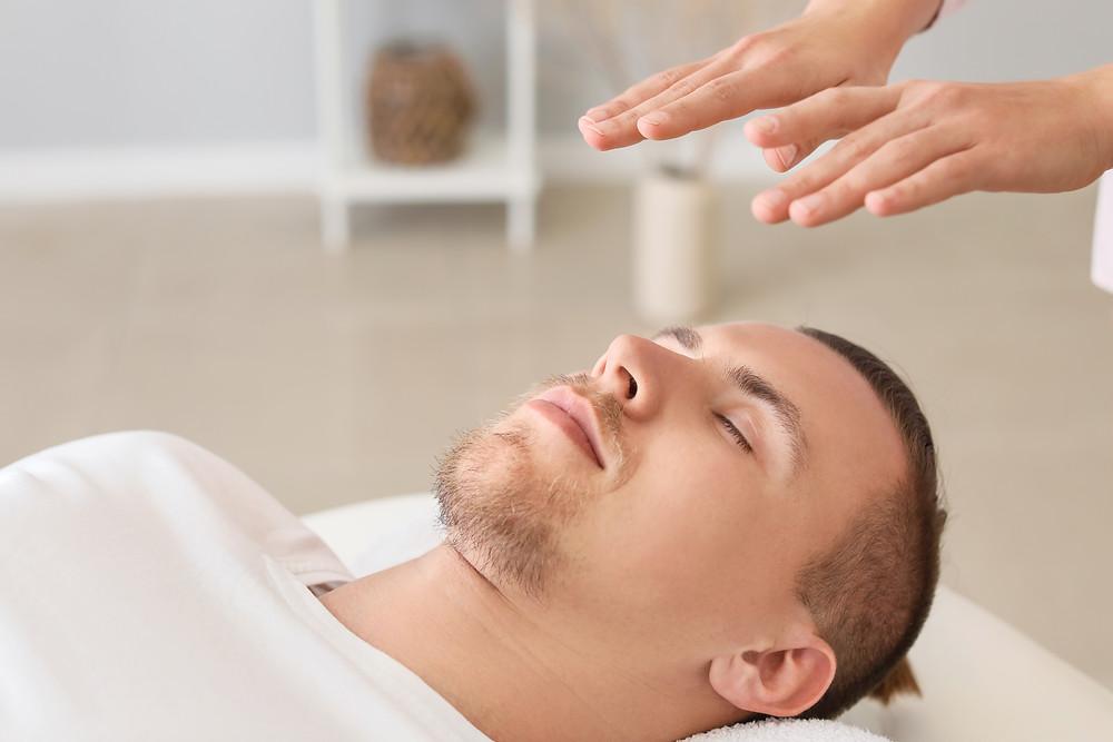 aurathérapie, magnétisme, énergie, énergéticien, magnétiseur, thérapeute énergétique, thérapie énergétique, soin énergétique, bien-être, relaxation, homme, énergéticienne, guérisseur, reiki, table de massage