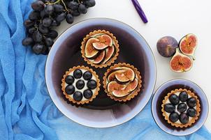 Vegan tartlets with hazelnuts, vanilla cream and fresh fruits (dark grapes, figs). (Sugar free) 💙💜