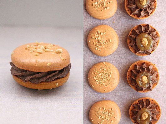 Vegan macarons caramel - dark chocolate - peanut butter. 💛