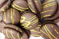 Vegan macarons Caramelized banana - chocolate.