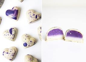 Vegan white chocolate bonbons with bluberry & vanilla ganache.