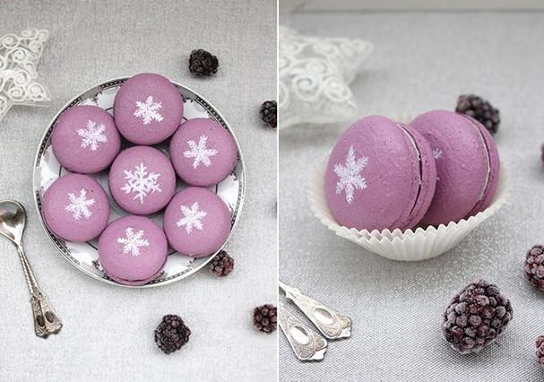 Vegan macarons blackberry - white chocolate - vanilla. ❄️❄️❄️ Hand-painted.