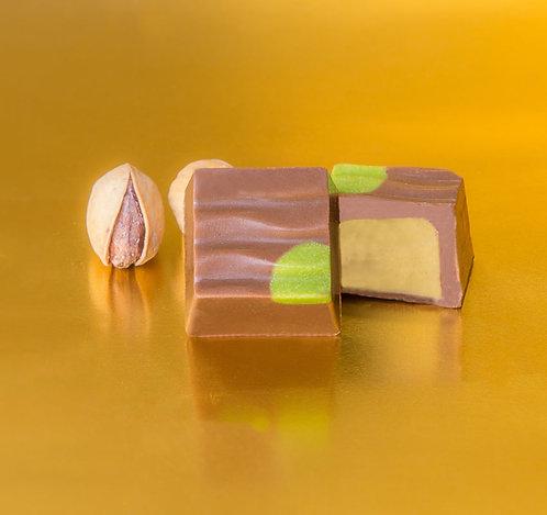 Bombón de chocolate con leche y pistacho