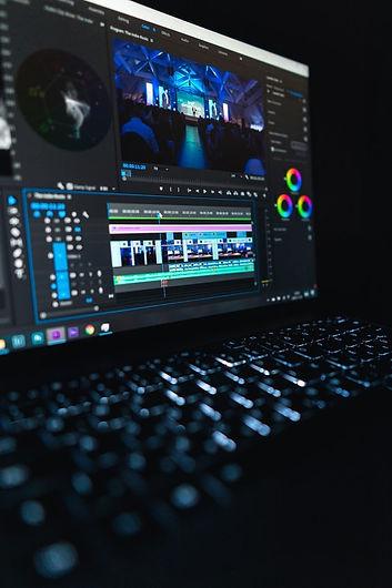 Le-montage-vidéo-sur-un-ordinateur-porta
