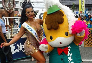 Cinthia Santos arrasa em desfile de Carnaval no Japão