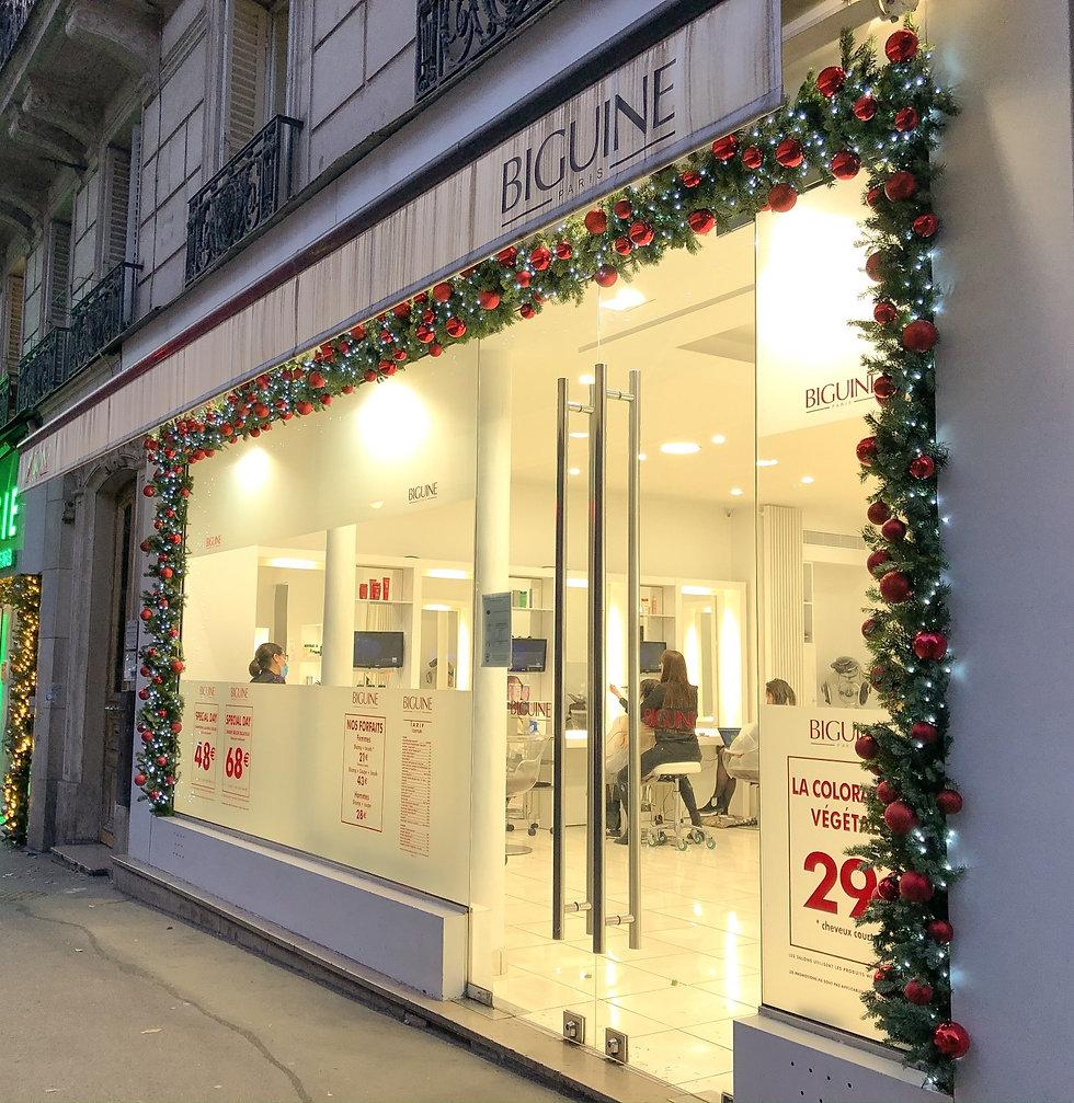 Fleurs de prestige - Décoration de Noël de la façade d'un salon de coiffure dans le 9ème