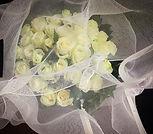 Bouquet de roses blanches emballé dans notre tissus